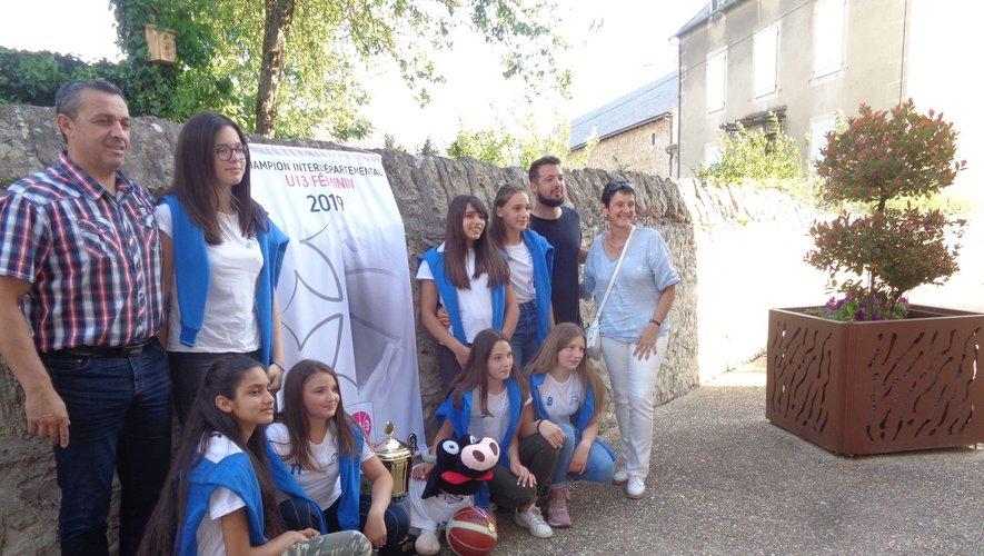 L'équipe des U13 avec la coupe offerte par le maire et la mascotte Otaké.