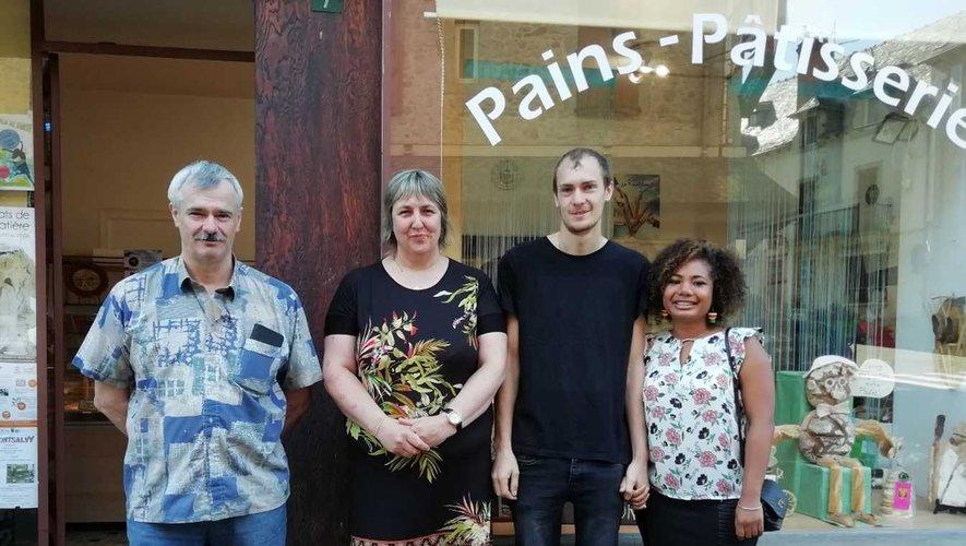 Gilles, Dominique, Anthony et Zoia devant leur boulangerie.