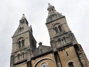 Un filet blanc habille les clochers afin de protéger les passants d'éventuelles chutes de pierre.