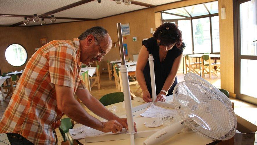 Christian Lauzu et Sandra Beaumel ont installéde nouveaux ventilateursau restaurant municipal.