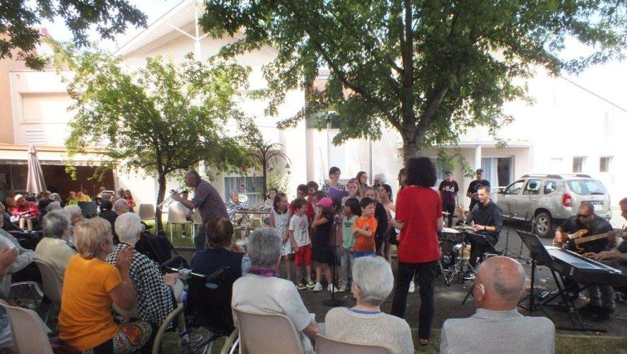 Professeurs et élèves de Zik Mineur accompagnés par des écoliers et leur enseignante ont chanté pour les résidents de la maison de retraite.