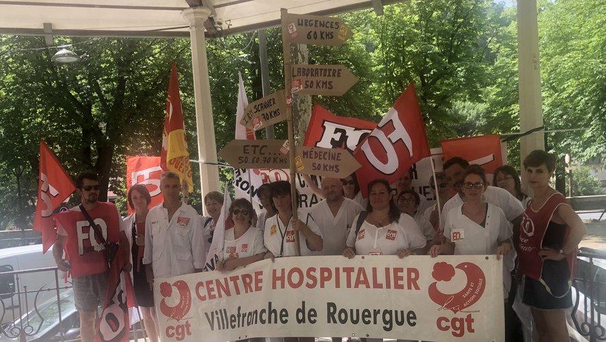 Les manifestants CGT et FO réunis sous le kiosque après leur action.