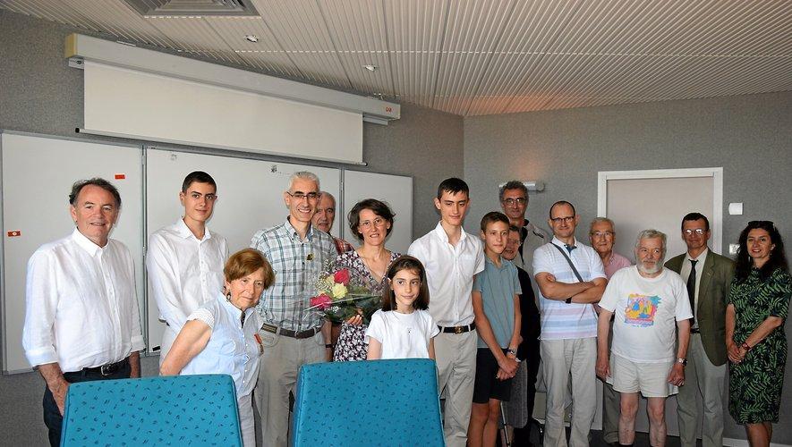 Annick Battut (au centre), entourée par sa famille et ses proches, a été reçue en marie de Rodez.