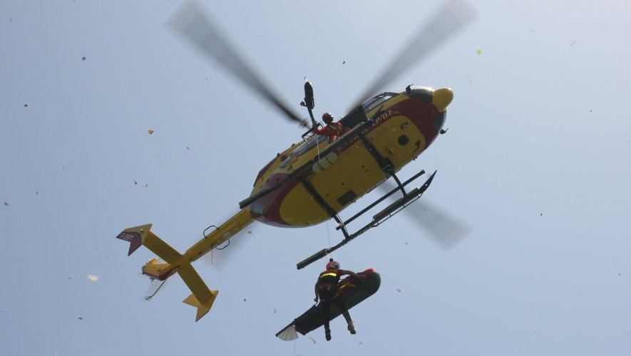 Le blessé a été  transporté vers un endroit dégagé pour y être hélitreuillé, médicalisé et évacuépar un hélicoptère de la Sécurité Civile de Montpellier vers le centre hospitalier de Rodez.