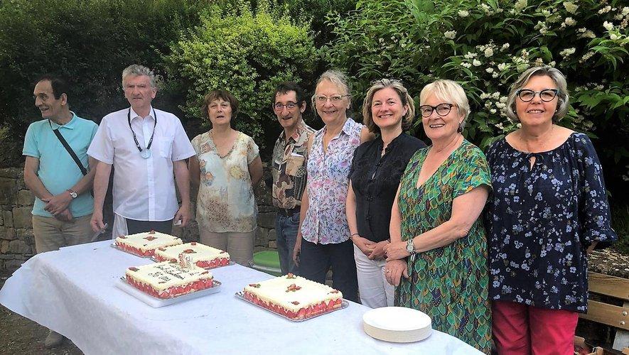 Le bureau et le conseil d'administration pour le partage du gâteau d'anniversaire.