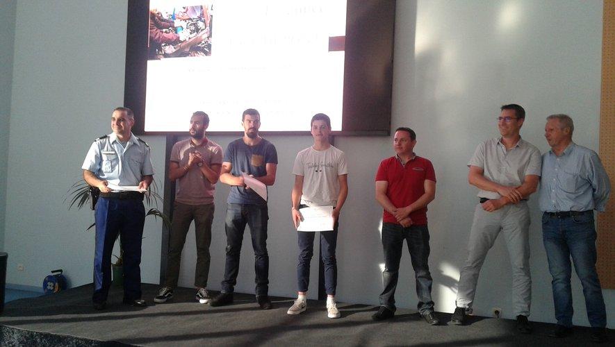 Alex Bezamat (au centre)lors de la remise de son diplôme.