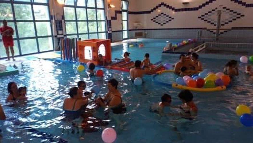 Enfants et parents prennent plaisir à jouer ensemble dans l'eau.
