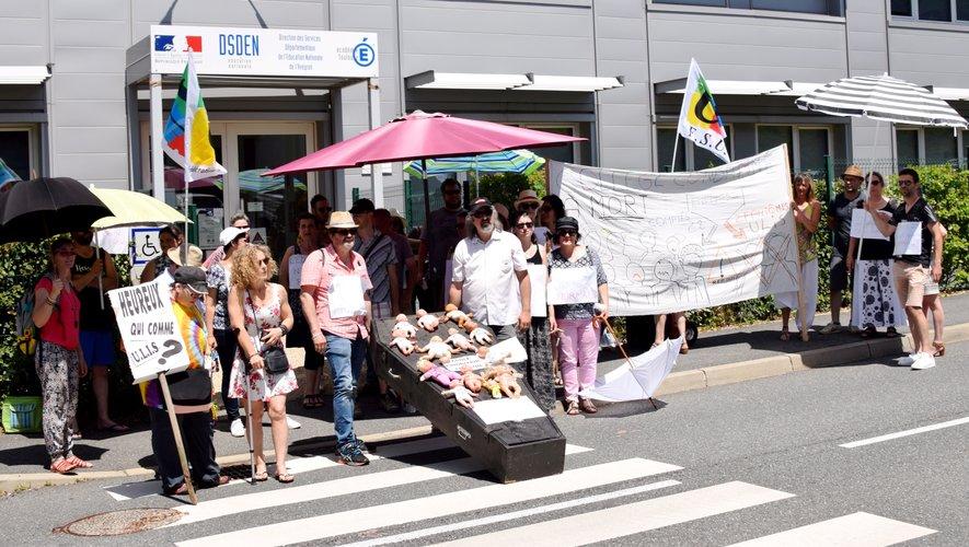Lors de la manifestation devant l'inspection académique de Rodez, vendredi après-midi.