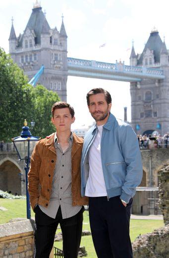 """Tom Holland (à gauche) et Jake Gyllenhaal devant la Tour de Londres pour leur dernier film """"Spider-Man: Far From Home"""", en salles le 3 juillet."""