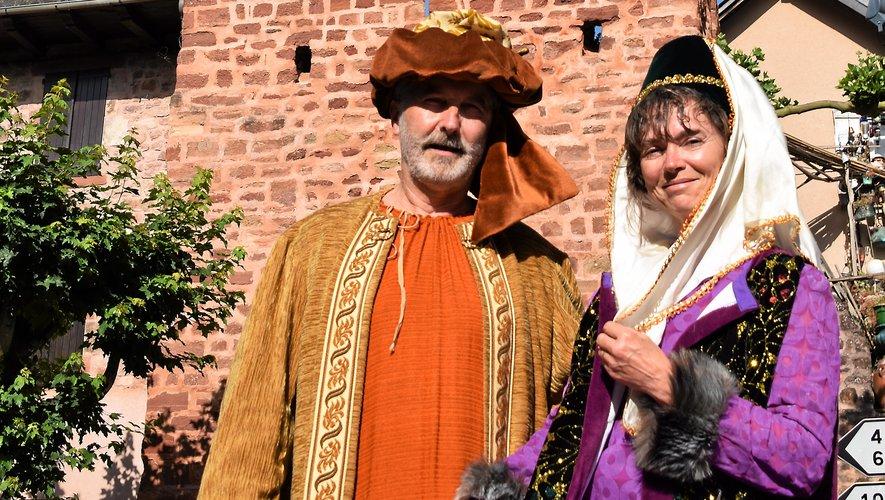Francis et Nadine, deux amis de l'association, ont enfilé des costumes d'époque, au pied de la tour qui devrait être restaurée grâce à la vente.