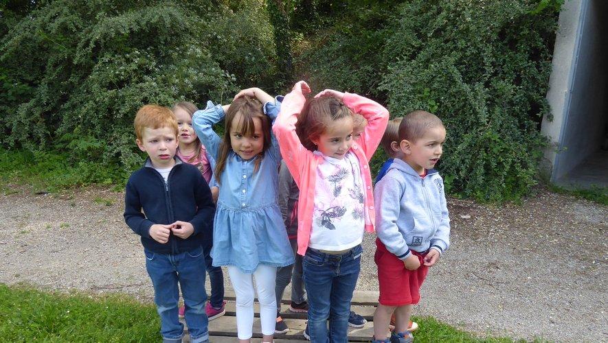 Quelques enfants participant au jeu « Le zoo se déchaîne ».