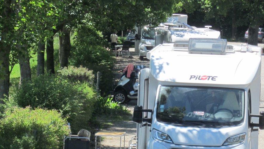 Le parking de la plage de Granouillac, ouvert aux campings-caristes, bien plein...  avec vue sur le lac et ses lointains.