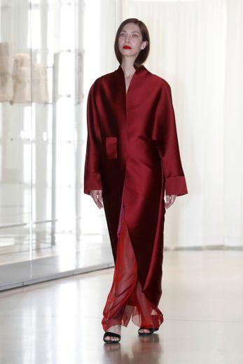 Adeline André propose des créations assez amples, comme cette robe satinée qui semble s'inspirer du kimono. Paris, le 30 juin 2019.
