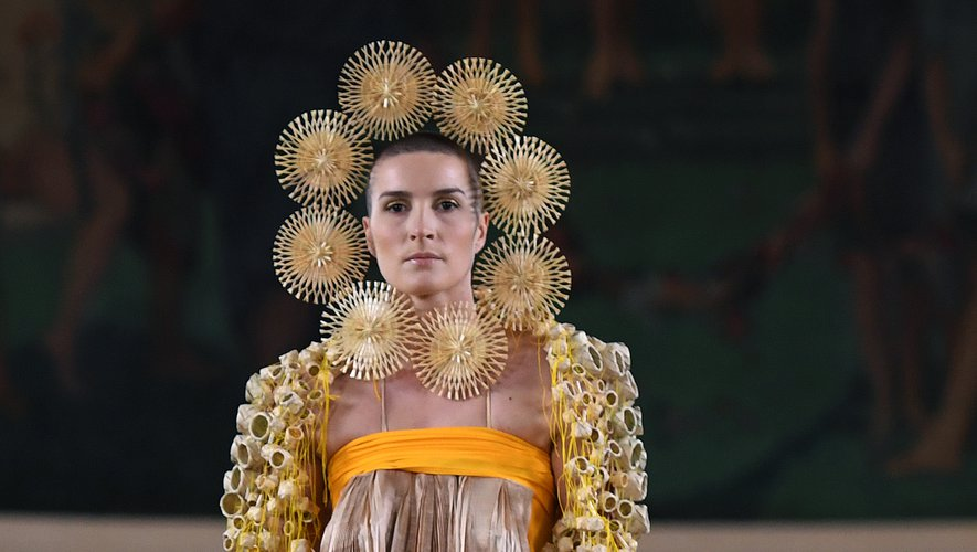Maurizio Galante nous fait voyager au Mexique avec sa nouvelle collection, très originale, avec des bijoux en paille qui entourent le visage des mannequins ou des vestes recouvertes de corbeilles en paille. Paris, le 30 juin 2019.