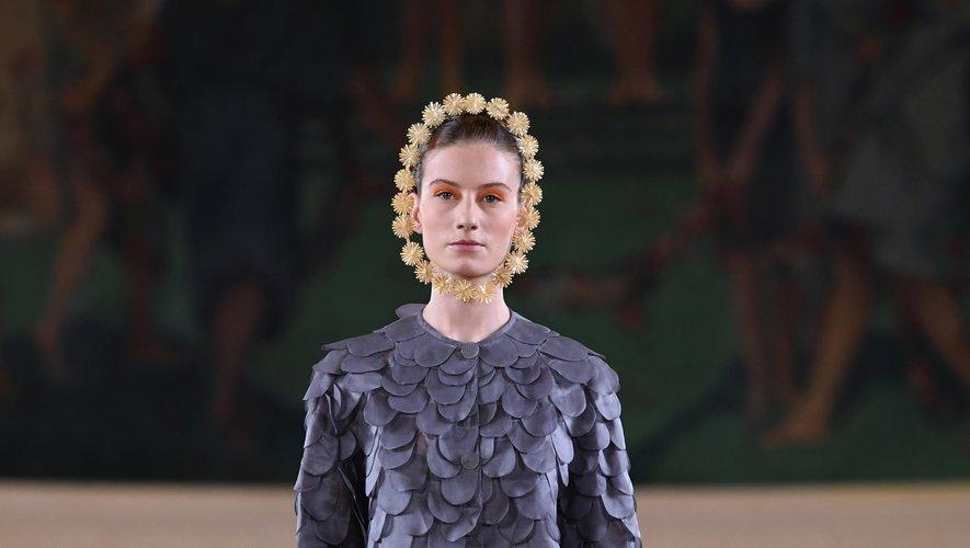 Toujours auréolées de couronnes de paille, certaines modèles avancent dans des combinaisons recouvertes d'écailles. Paris, le 30 juin 2019.