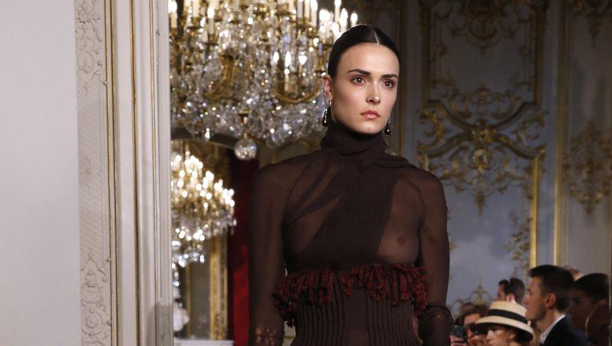 Retour à l'élégance extrême chez Christophe Josse, qui propose des robes épurées, tout en finesse, jouant sur la transparence. Paris, le 30 juin 2019.