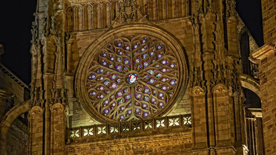 La rosace de la cathédrale de Rodez s'illumine le soir venu.