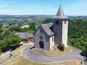 À Auzits se trouve une des deux seules cryptes que compte l'Aveyron.