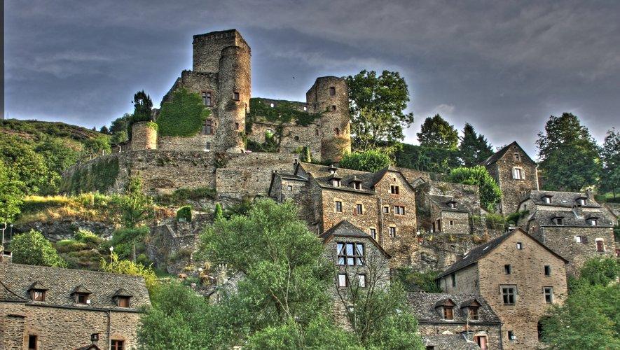 Le château de Belcastel se dresse fièrement sur un énorme piton rocheux. Il a été construit il y a plus de mille ans.