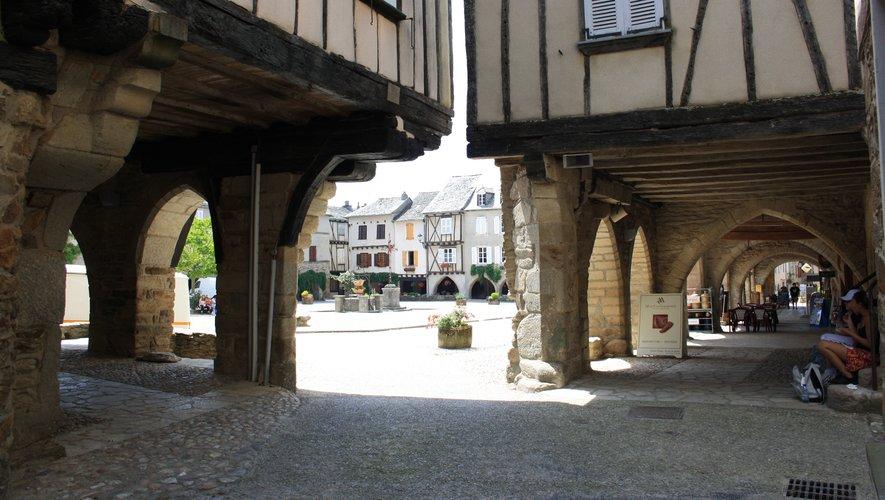 La place centrale de la bastide de Sauveterre-de-Rouergue.