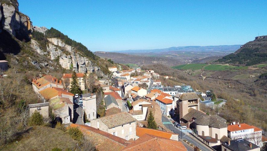 Le village de Roquefort-sur-Soulzon s'étend tout en longueur.