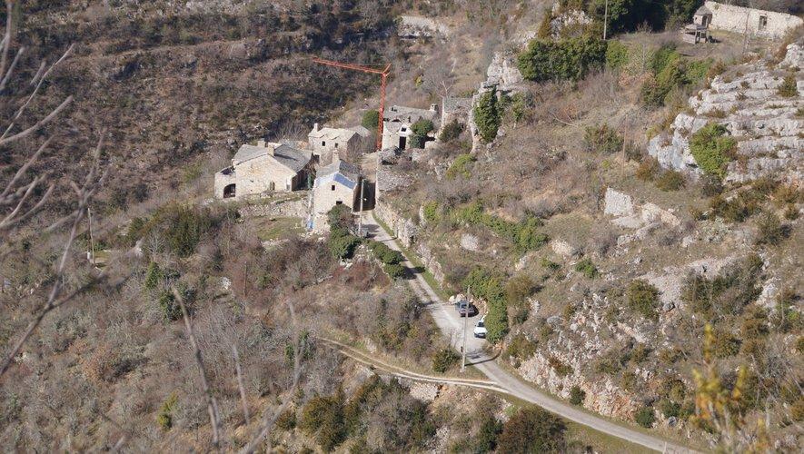Le hameau de Montméjean, sur votre droite en redescendant vers Millau.