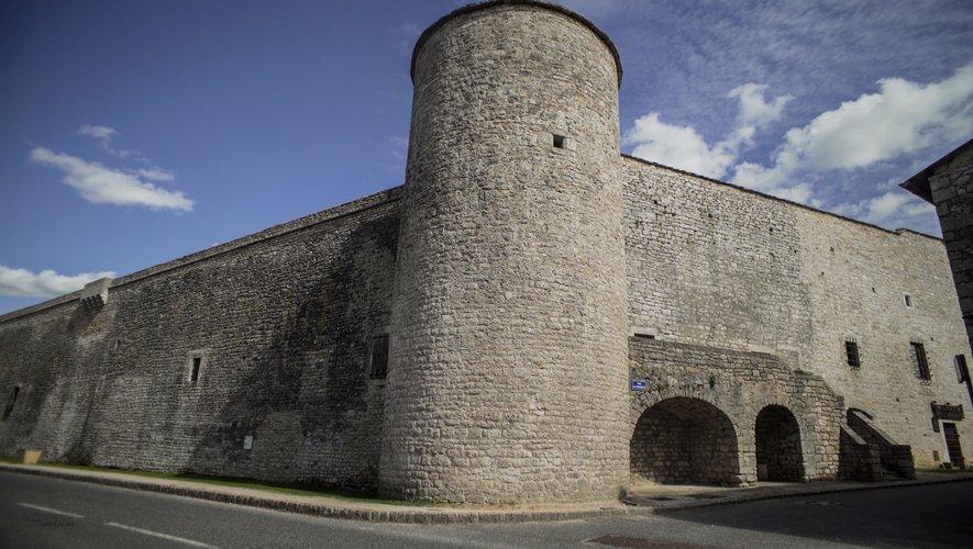 Derrière les remparts, la cité de La Cavalerie.