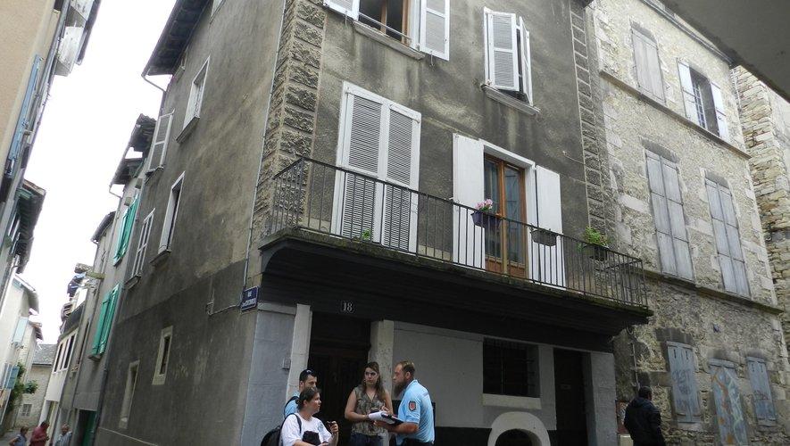 La victime  est tombée du deuxième étage , par la fenêtre ouverte.