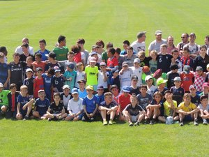 Les licenciés de l'école de foot et leurs éducateurs se sont réunisavant le début des activités.