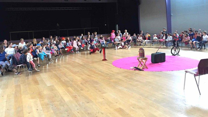 La troupe Alegro Andante Circo et les élèves de l'école Ste Marie