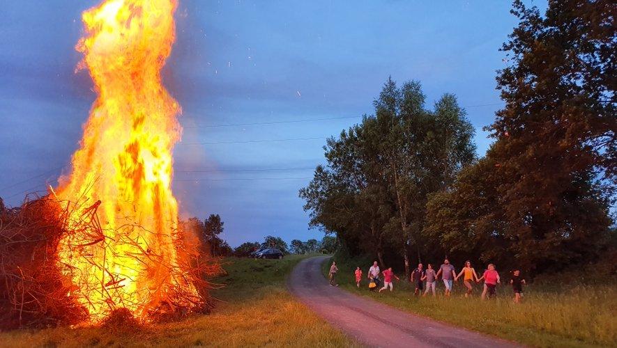 Les villageois ont fait la farandole autour du feu.