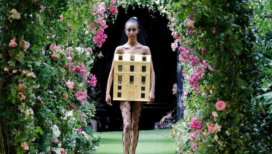 L'ultime silhouette du défilé Dior représente une réplique de l'adresse mythique de la maison française, le 30 avenue Montaigne, qui s'apprête à fermer ses portes pour rénovation. Impressionnant. Paris, le 1er juillet 2019.