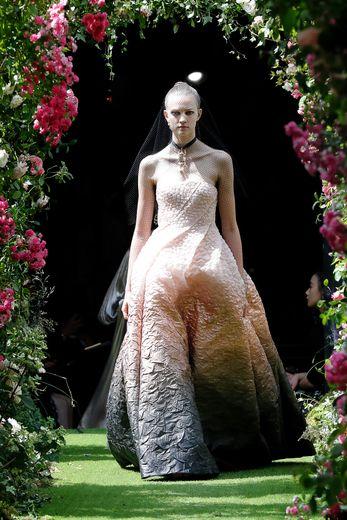 Maria Grazia Chiuri explore le lien entre féminité et architecture, passion de Christian Dior, avec des robes dédiées agrémentées de résille pour une touche plus moderne, présentées en noir, malgré quelques dégradés. Paris, le 1er juillet 2019