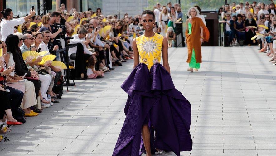 Maison Rabih Kayrouz présente une collection ensoleillée, féminine, et fonctionnelle, avec des couleurs vibrantes et des coupes amples, empreintes de sensualité. Paris, le 1er juillet 2019.