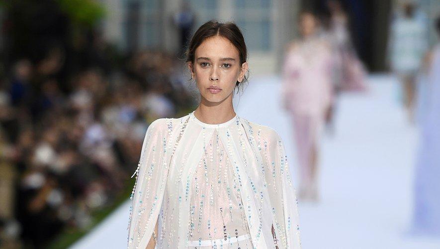 Inspirée par l'Art Déco, la collection Ralph & Russo repose sur des drapés et des broderies avec de nombreux embellissements comme des perles et des sequins. Le tout placé sous le signe d'une féminité élégante et forte. Paris, le 1er juillet 2019.