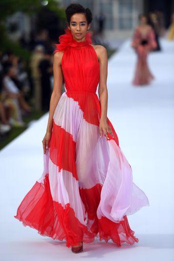 Plus audacieuses, certaines robes de cocktail adoptent des nuances vibrantes de jaune ou de rouge, et se parent de plumes, tout en légèreté. Paris, le 1er juillet 2019.