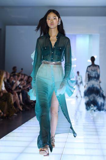Chez Azzaro Couture, le bleu est roi et se décline dans une multitude de nuances, avec des dégradés et de la transparence. La collection est féminine et sensuelle, un brin bohème, tout en restant sophistiquée. Paris, le 1er juillet 2019.