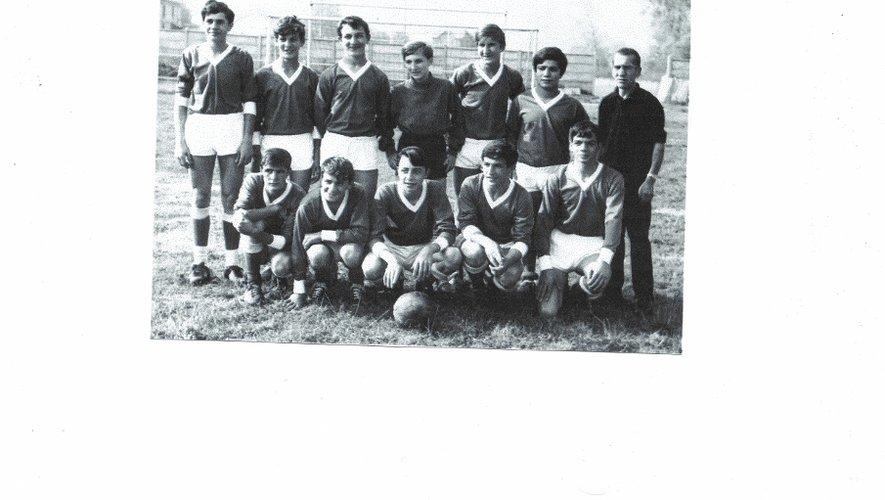Les cadets du FCD 1965-66 entraînés par H. Bouzembil. Le 2° accroupis en partant de la gauche est F. Zarate (derrière : JP Pharamond); le 2° à droite est R. Bernabé (derrière : Ch. Tornéro).