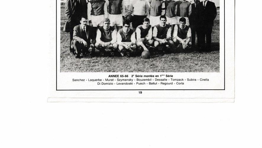 L'équipe du FC Decazeville 1965-66 dont H. Bouzembil était entraîneur joueur et capitaine (5° debout).