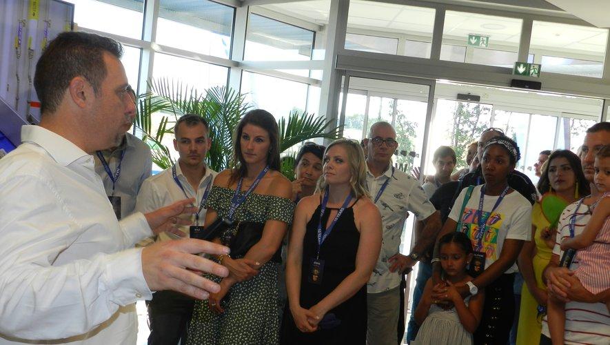 Christophe Brest, directeur général, guidant une visite.