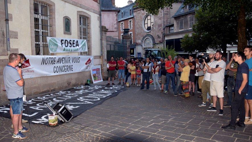 Une petite centaine d'agriculteurs aux côtés de Laurent Saint-Affre (avec le micro), président de la FDSEA dans le département.