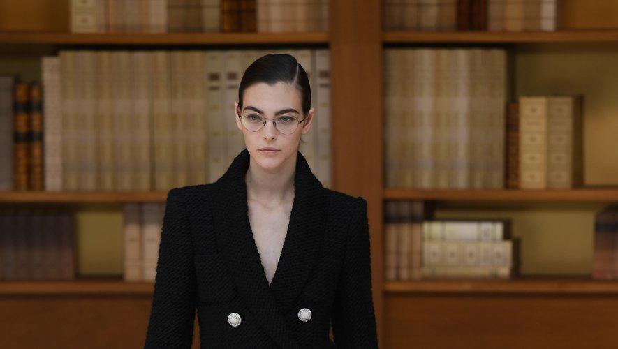 La femme Chanel affiche un (faux) air sérieux avec ses petites lunettes pour l'automne-hiver 2019, mais affiche une élégance nonchalante dans des créations fluides, parfois amples, un brin rétro. Paris, le 2 juillet 2019.