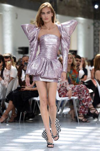 Les inspirations sont multiples chez Alexandre Vauthier, qui propose des silhouettes tout droit sorties des années 80 avec des épaules démesurées, des robes mini, des volants, ou encore des plissés. Paris, le 2 juillet 2019.