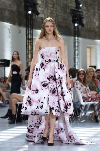 Des robes plus imposantes, plus courtes devant que derrière, font aussi partie intégrante de la collection d'Alexandre Vauthier. Des créations recouvertes de fleurs pour un rendu élégant et romantique. Paris, le 2 juillet 2019.