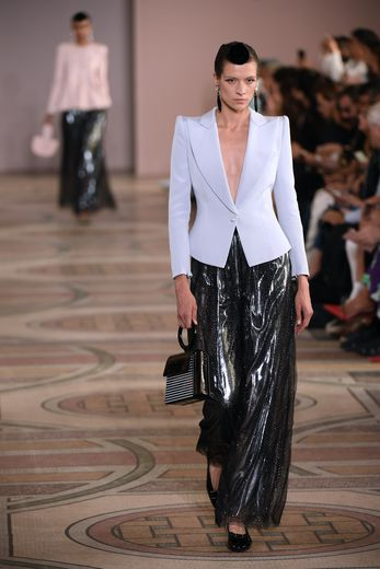 L'élégance est plus forte, plus affirmée, à travers certaines silhouettes comme ces blazers soulignant les épaules, et ces pantalons amples scintillants. Paris, le 2 juillet 2019.