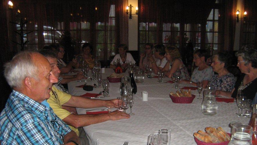 Les choristes et leur conjoint à table pour une chaleureuse rencontre.