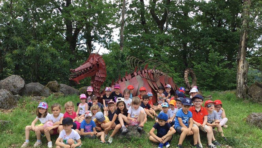 Les élèves au pied du dragon Blaise.