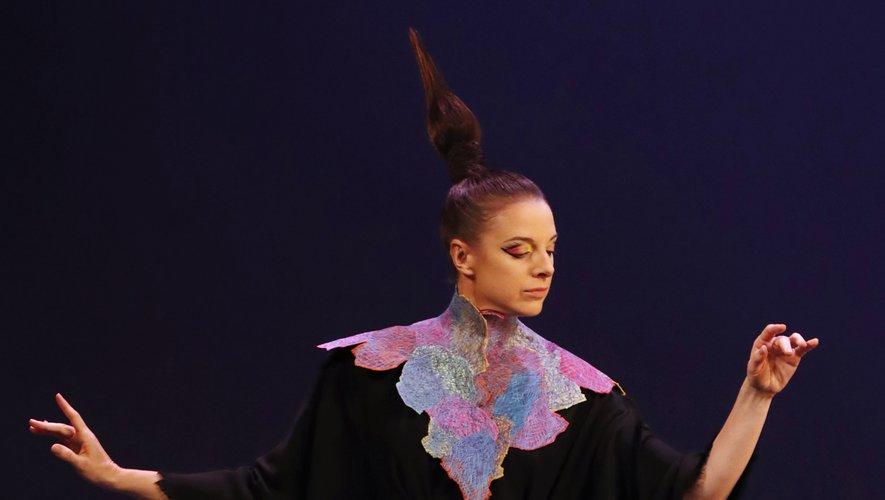 Ce sont des danseuses délicates et élégantes, un brin singulières, qui ont fait le show chez Franck Sorbier dans des robes fluides et amples qui suivent les mouvements du corps. Paris, le 3 juillet 2019.