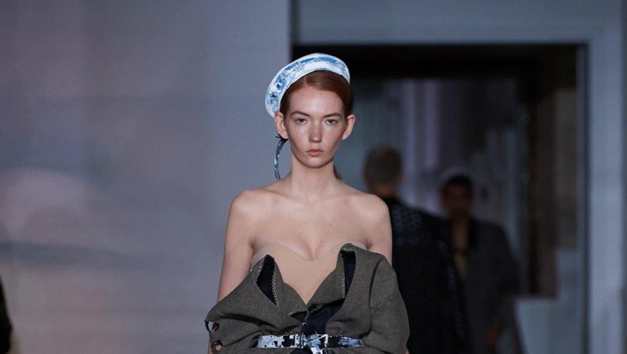 Maison Margiela Artisanal présente une collection tout en contrastes, dans laquelle le vêtement est toujours subtilement déconstruit comme ce pantalon ample coupé dans une robe bustier qui recouvre un corset nude. Paris, le 3 juillet 2019.