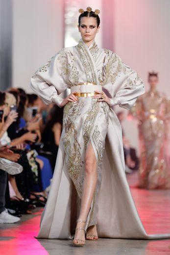 L'Asie se lit également dans les formes et coupes choisies par Elie Saab, qui propose notamment de grandes robes inspirées par le kimono, entièrement brodées. Paris, le 3 juillet 2019.